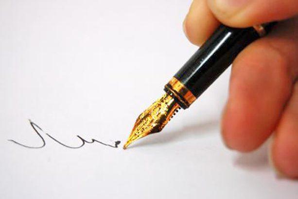 escribiendo con pluma y tinta