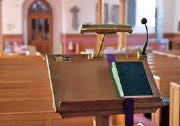 pulpito y biblia desde la mirada del predicador