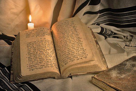 biblia hebrea con vela