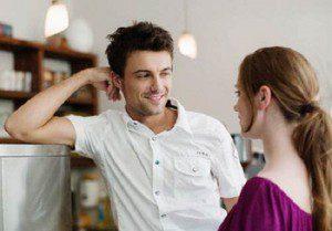 hombre escuchando a mujer